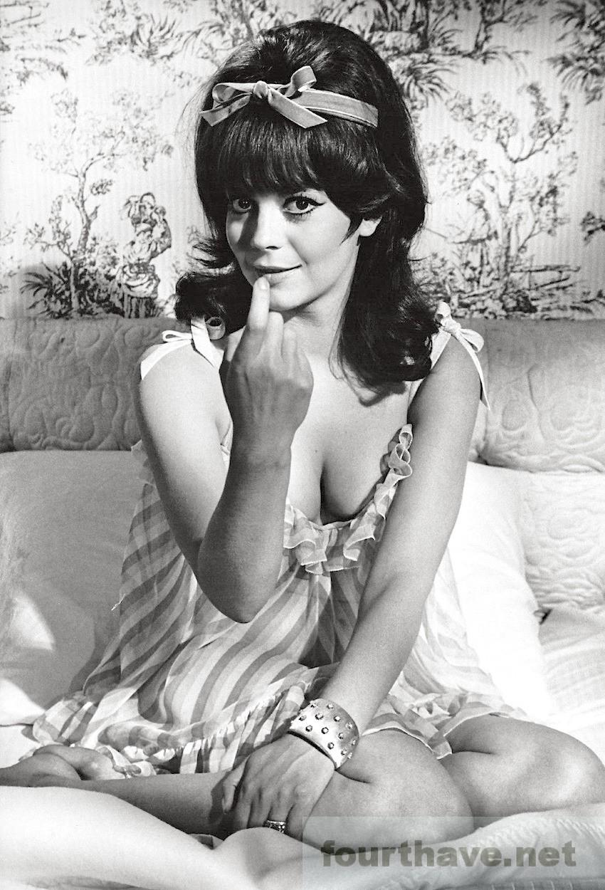Natalie-Wood-publicity-photo-for-Arthur-Hillers-Penelope-1966