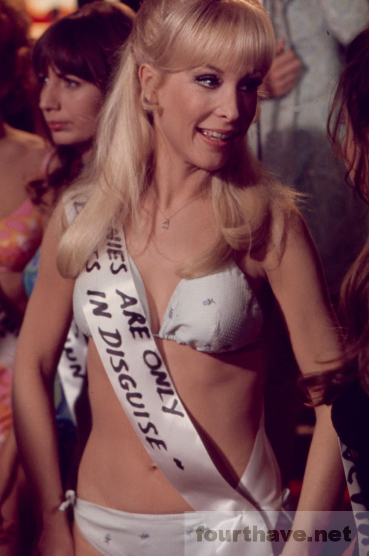 Barbara-Eden-bikini